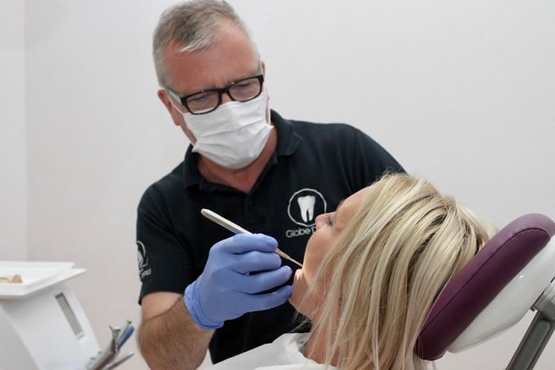 Kontrolluntersuchung bei einem Zahnarzt in Ungarn